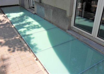 Dalle de sol en verre pour une cour anglaise